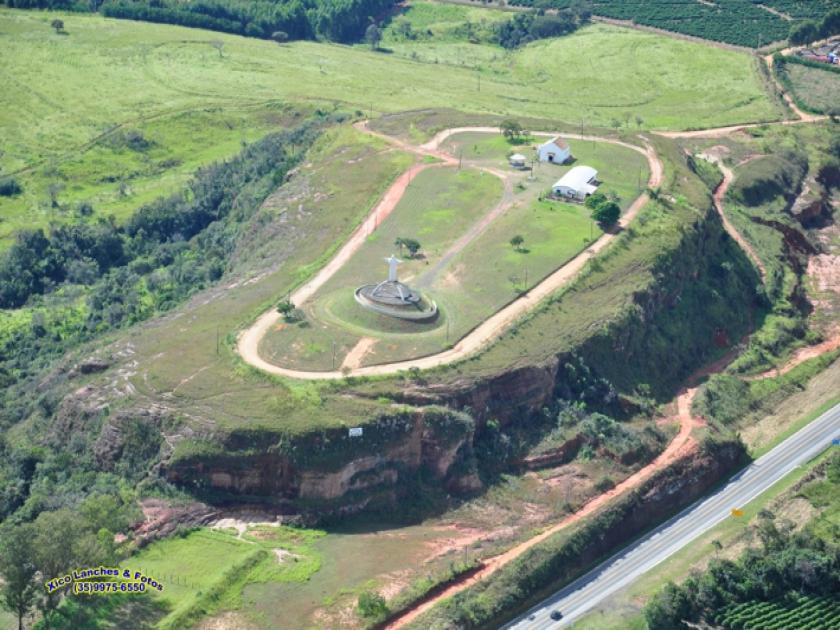 Morro do Baú de Santa Cruz às margens da Rodovia MG 050