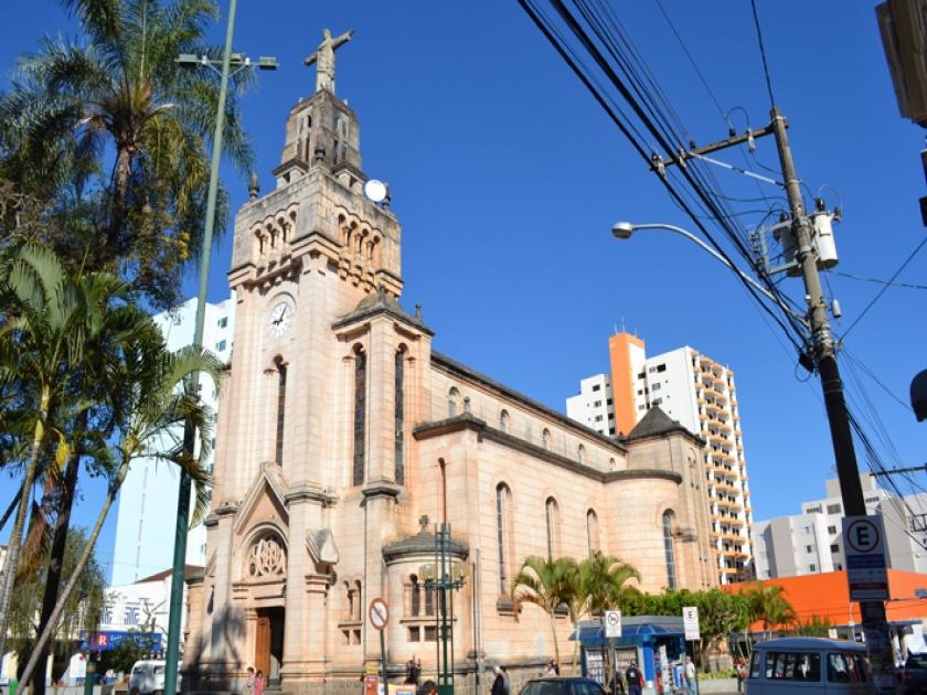 Igreja Matriz de São Sebastião na Praça comendador José Honório (centro)