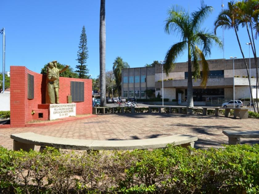 Monumento aos Imigrantes na Praça em frente à Prefeitura