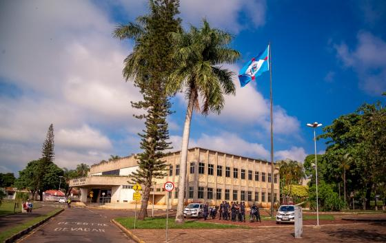 Prefeitura hasteia bandeira em celebração aos 200 anos