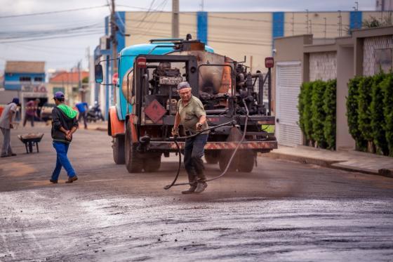 Prefeitura inicia reperfilamento asfáltico em ruas do município